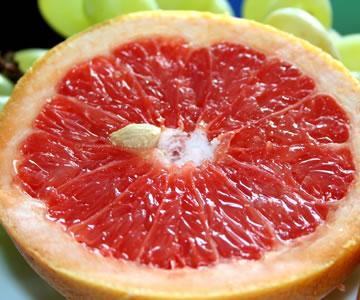 Grapefruit, aufgeschnitten mit Kernen